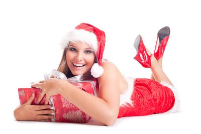 Frau mit Weihnachtsgeschenk